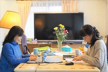 藤崎眞理子と小原寿美子が曲作りをしている写真(ザプレイズのこれまでのあゆみ)