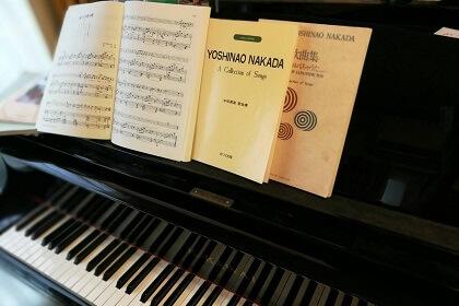 楽譜とピアノの写真(ザプレイズプロフィール)
